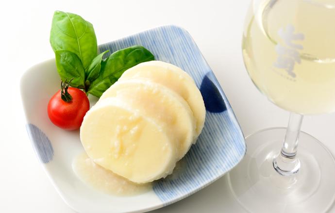 モッツァレラチーズとワイングラス&四八角皿